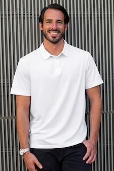 Weißes poloshirt im streetstyle-menswear-mode-bekleidungs-shooting