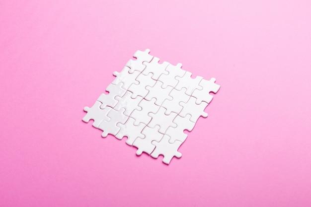 Weißes puzzle. ansicht von oben