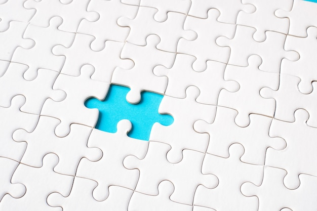 Weißes puzzle auf blauem hintergrund (blaue lücke) - ideenlösungskonzept.