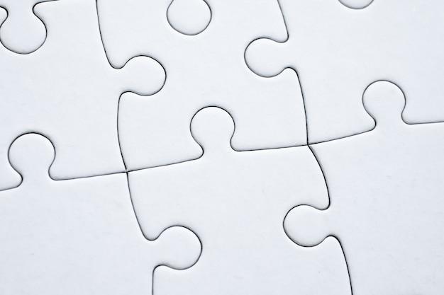 Weißes puzzle komplett aus allen details gefaltet. ein konzept, das für alle details bekannt ist.