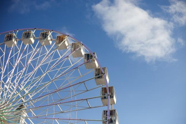 Weißes riesenrad über blauem himmel am sonnigen tag