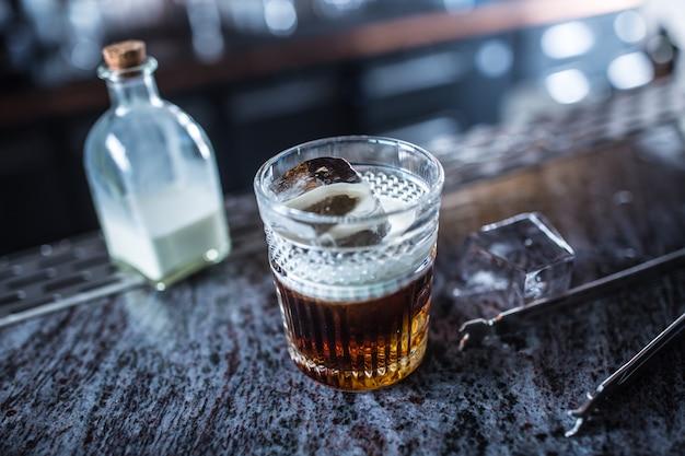 Weißes russisches cocktailgetränk am barcounter im nachtclub oder im restaurant.