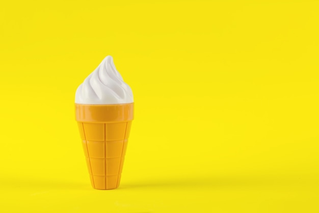 Weißes sahnespielzeug auf gelbem hintergrund. sommerdessert.