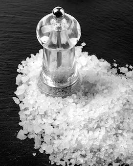 Weißes salz auf schwarz