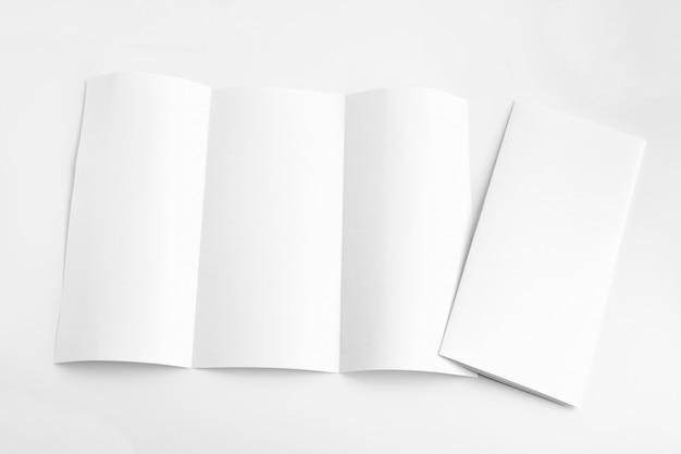 Weißes schablonenpapier auf hintergrund