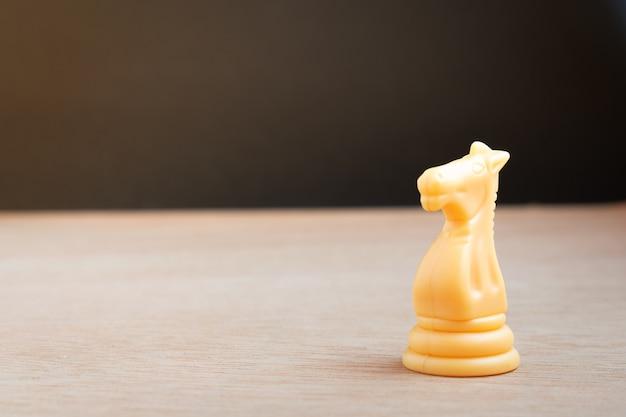 Weißes schachpferd mit schwarzem hintergrund