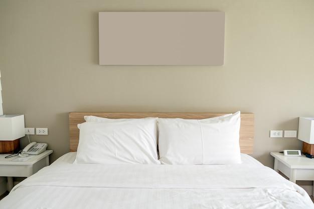 Weißes schlafzimmer auf holz und gegenstand