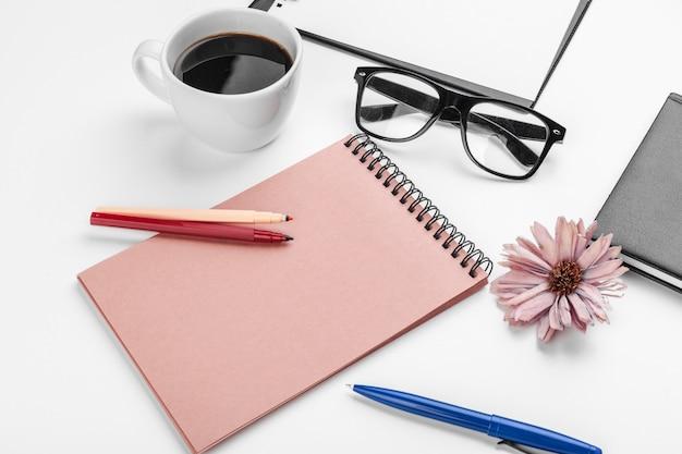 Weißes schreibtisch-, geschäfts- und bildungskonzept