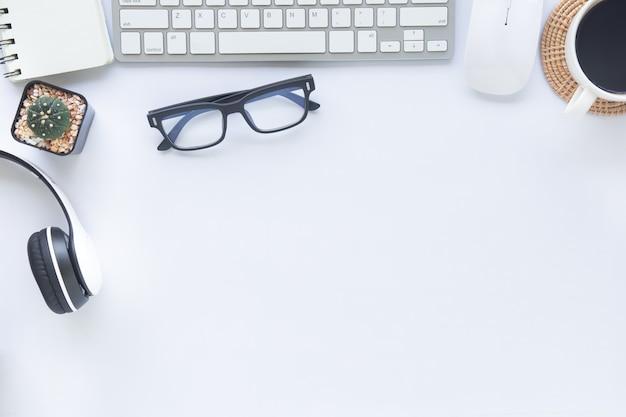 Weißes schreibtischbüro der draufsicht mit kopierraum