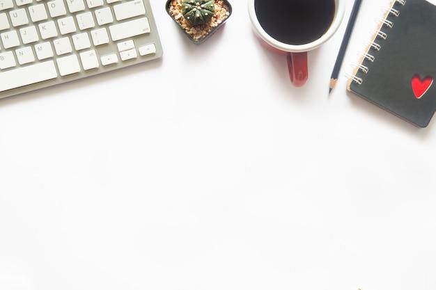 Weißes schreibtischbüro mit draufsicht und kopienraum für die eingabe des textes auf flachem lay