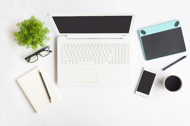 Weißes schreibtischbüro