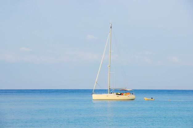 Weißes segelboot des touristen am hintergrund der blaue himmel auf dem thailändischen seebereich ao um haad bangbao