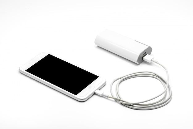 Weißes smartphone-ladegerät mit powerbank (batteriebank)