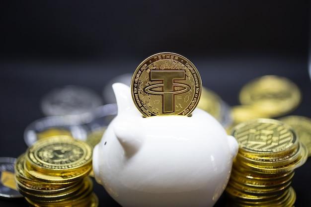 Weißes sparschwein und die goldenen kryptowährungsmünzen stehen über dem schwarzen hintergrund. es um geld zu sparen.