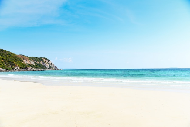 Weißes strandsandmeer sandiger und hintergrund-sommertag des blauen himmels