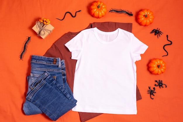 Weißes t-shirt-modell auf orangefarbenem halloween-hintergrund