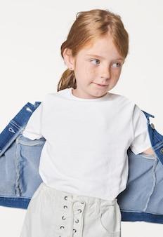 Weißes t-shirt und jeansjacke des mädchens