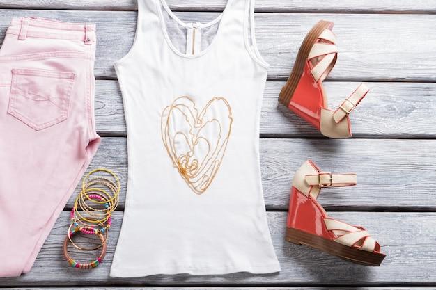 Weißes tanktop und armbänder kleine perlenkette und schuhe neue artikel im lokalen geschäft modisches outfit ...