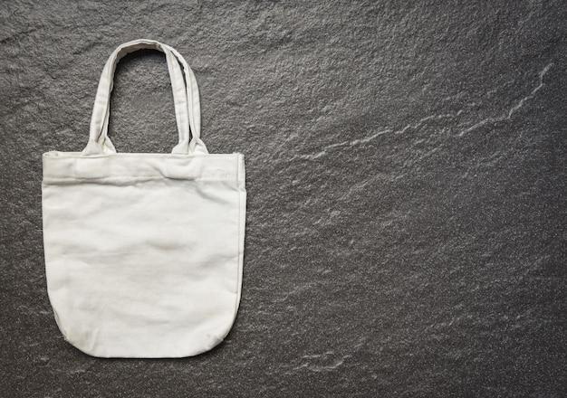 Weißes taschensegeltuchgewebe eco taschenstoff-einkaufssack auf dunklem hintergrund