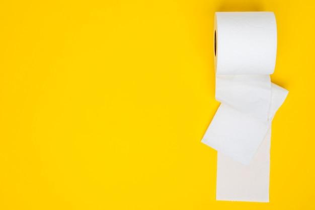 Weißes toilettenpapier mit kopierraum