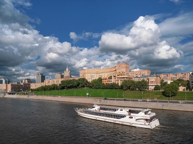 Weißes touristenschiff auf dem fluss. schöne aussicht auf moskau. ansicht des moskauer flusses in russland am sonnigen sommertag.