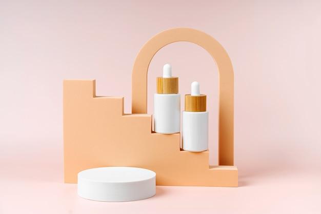 Weißes tropferflaschenmodell auf beigefarbenen treppen mit geometrischen formen und podium