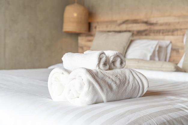 Weißes tuch auf bettdekoration im schlafzimmer