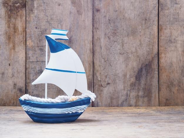 Weißes und blaues segelbootspielzeug