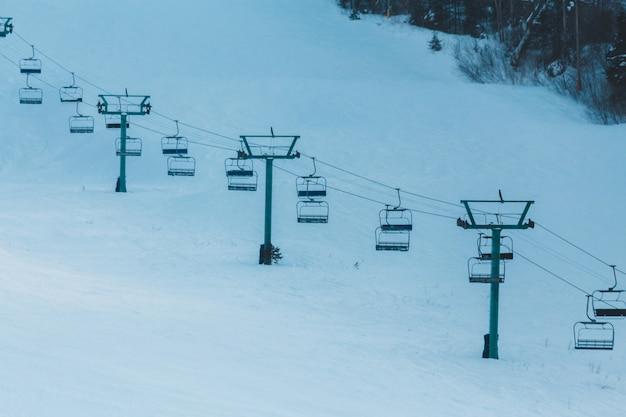 Weißes und braunes holzhaus auf schneebedecktem boden