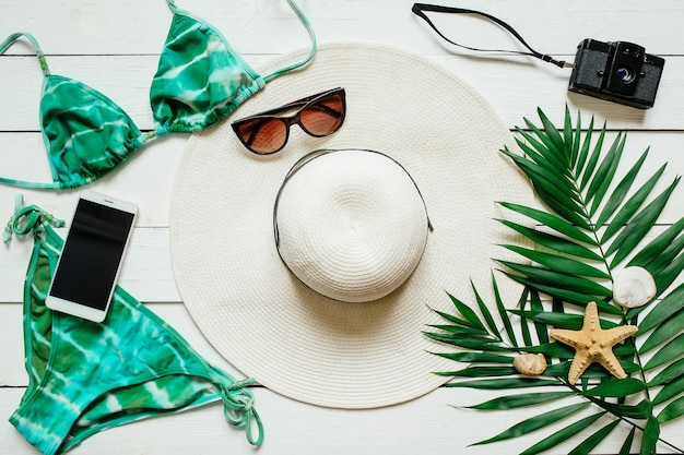 Weißes und grünes tropisches sommerferienkonzept mit leerem raum