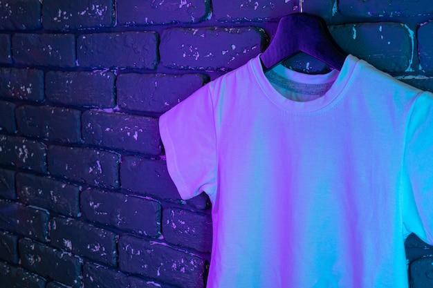 Weißes unisex-t-shirt im neonlicht, kopierraum