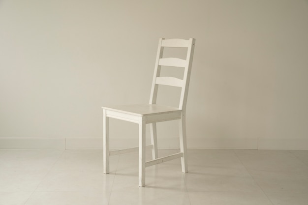 Weißes zimmer und weißer stuhl