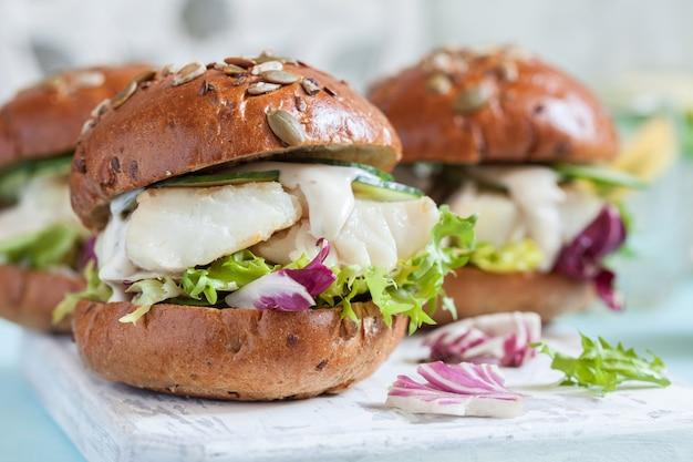 Weißfischfilet-sandwich mit sauce tartar und salat
