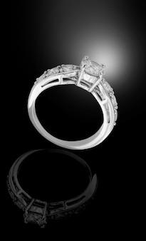 Weißgold diamantring auf schwarzem hintergrund