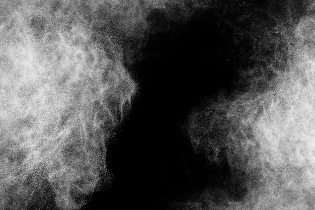 Weißpulver-explosion mit schwarzem raum in der mitte