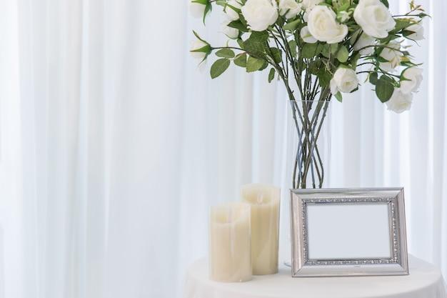 Weißrose mit der kerze, die schönen fotorahmen heiratet, lieben inneneinrichtung oder hochzeitshintergrund