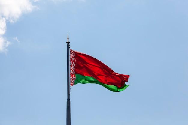 Weißrussische staatsflagge am blauen himmel