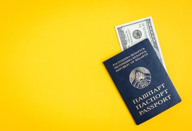 Weißrussischer pass mit dollar auf gelb.
