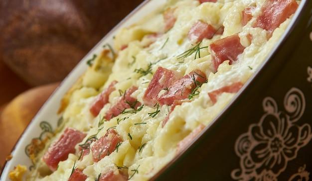 Weißrussischer schweine- und kartoffelkuchen, belarussische küche, traditionelle verschiedene gerichte, ansicht von oben.