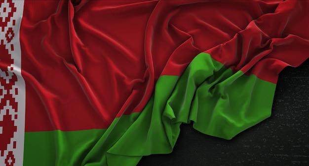 Weißrussland-fahne geknittert auf dunklem hintergrund 3d-render