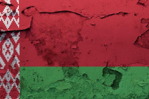 Weißrussland-flagge gemalt auf der gebrochenen betonmauer