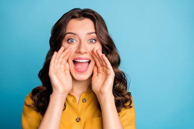 Weißt du es? porträt der erstaunlichen welligen dame halten hände in der nähe des mundes verbreiten neue frische gerüchte chatterbox person tragen gelbes hemd.