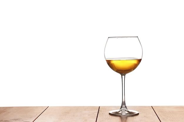 Weißwein auf dem holz