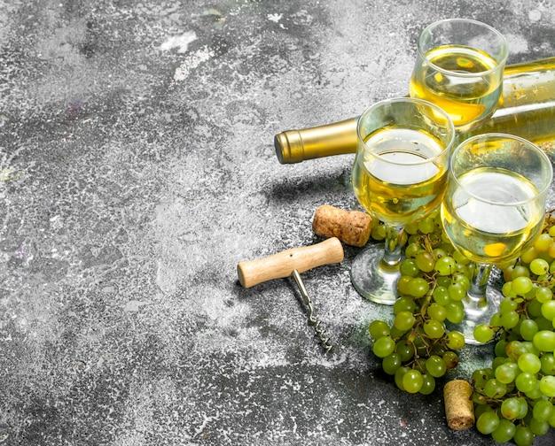 Weißwein aus grünen frischen trauben in gläsern