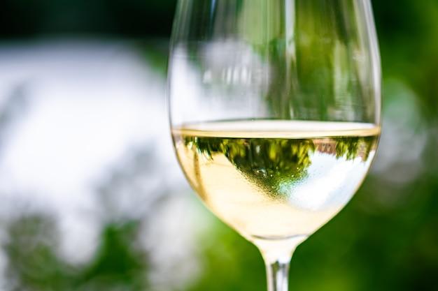 Weißwein im luxusrestaurant auf der sommergartenterrasse weinprobe im weingut in der vi...