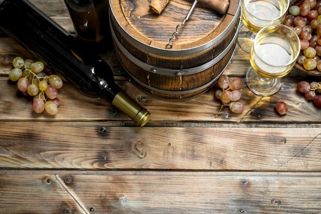 Weißwein in einem alten fass.
