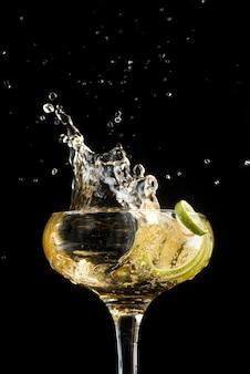 Weißwein mit apfelscheiben