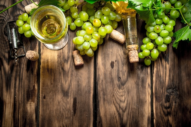 Weißwein mit zweigen weißer trauben