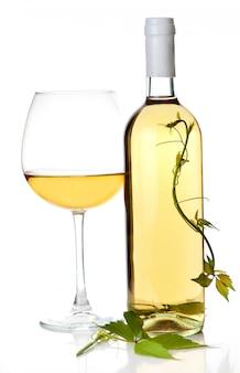 Weißweinflasche und glas. isoliert auf weiss