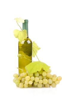 Weißweinflasche und trauben lokalisiert auf weiß